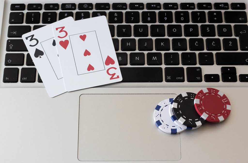 The consequences of not watching your opponents while playing poker